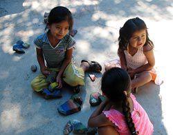 niñas de Xanica con piedras pintadas - fotógrafo: Gerardo